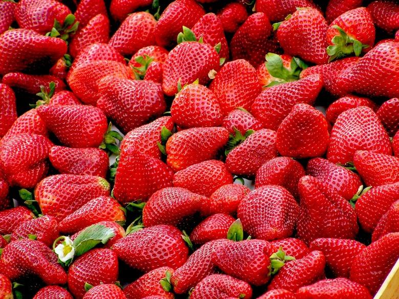 strawberries-99551_1920