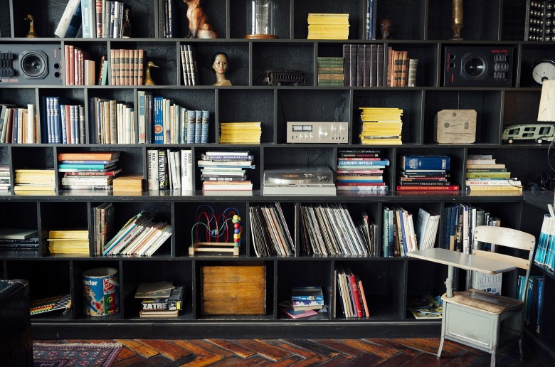 bookshelf-413705_1920